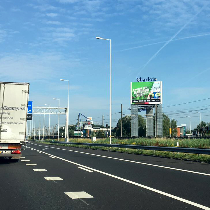 UWT-Team, Harbour Run-uiting op de snelweg reclamemast langs de A15