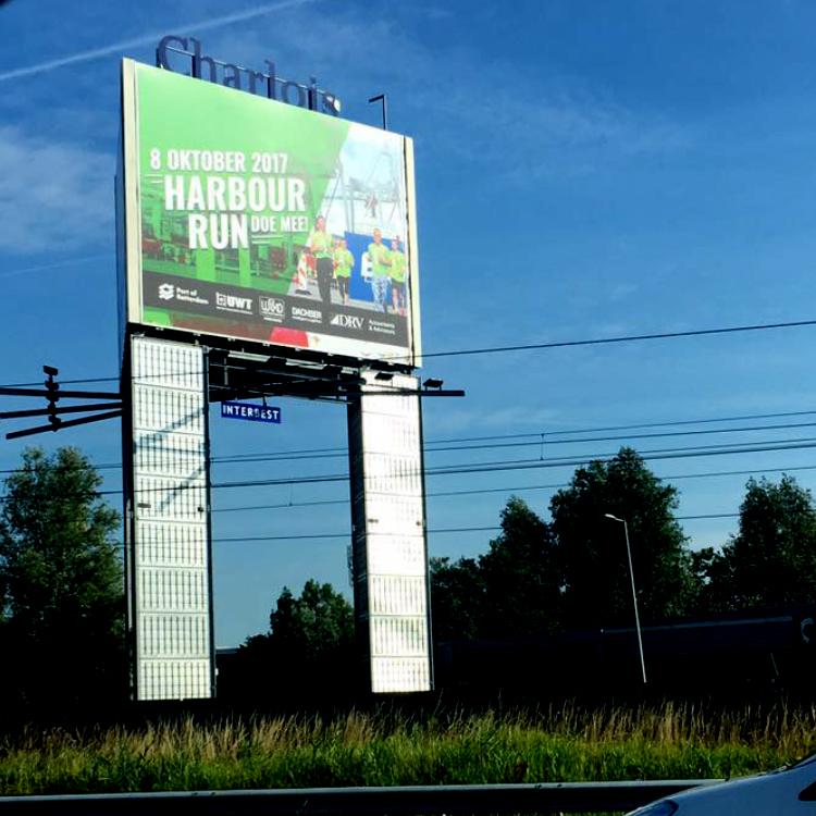 UWT-Team - Harbour Run-reclame op de snelweg reclamemast langs de A15